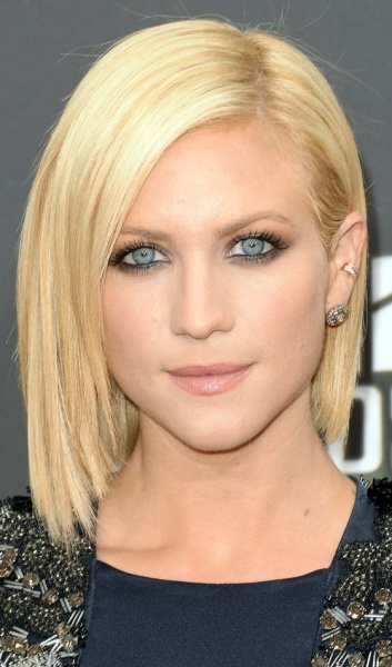 Sleek Shoulder Length Hairstyle With Lengthy Side Swept Bangs: