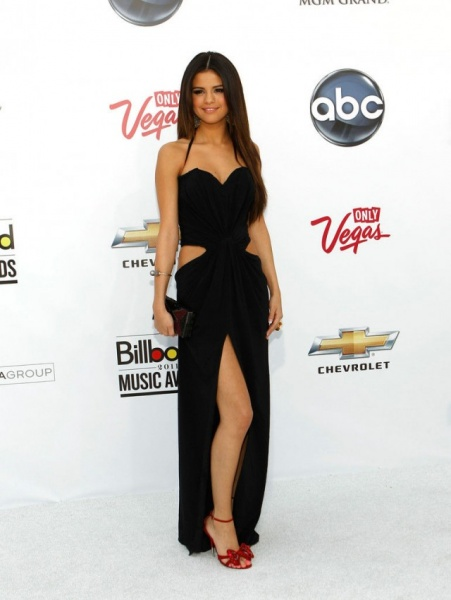 Chiffon-Halter-High-Slits-Spaghetti-Selena-Gomez-Sexy-Cut-Out-Black-Prom-Dress-640x850