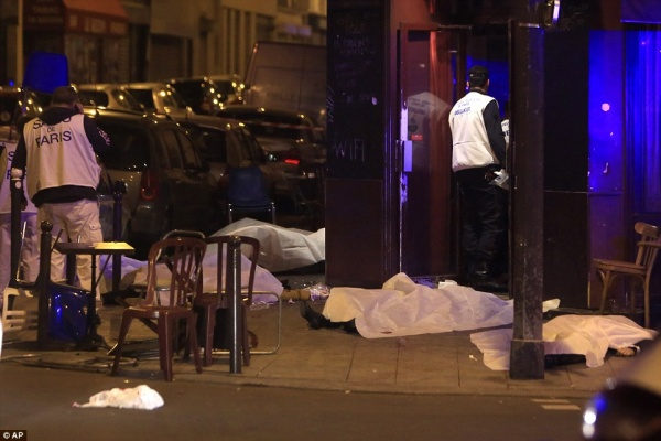 2E6C9FD000000578-3317776-Victims_lay_on_the_pavement_outside_Paris_restaurant_following_a-a-62_1447454685402