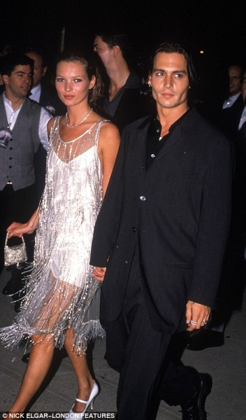 349F08BE00000578-3613134-Kate_Moss_and_Johnny_Depp-a-87_1464379672726